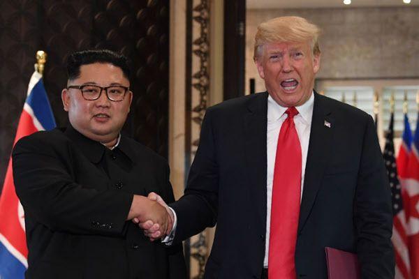 지난 2018년 6월 싱가포르 정상회담 당시 도널드 트럼프 미 대통령과 북한 김정은 /AFP 연합뉴스