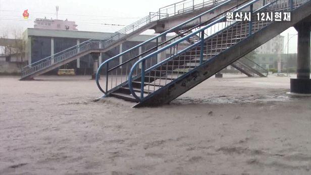 7일 오후 제10호 태풍 하이선의 영향으로 폭우가 내려 침수된 강원도 원산시의 한 육교가 불어난 물에 잠긴 모습. /조선중앙TV·연합뉴스