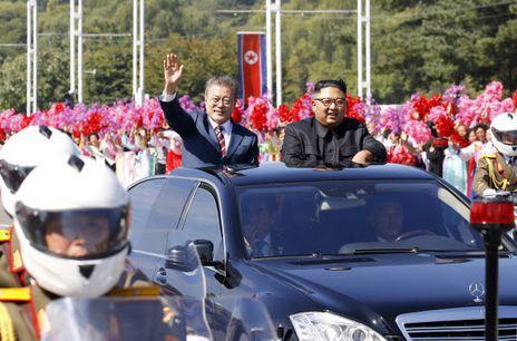 문재인 대통령과 김정은이 2018년 9월 18일 평양에서 카퍼레이드를 하고 있다. 유엔 안보리 대북 제재위원회 전문가 패널은 2019년 연례 보고서에서 두 정상이 탄 벤츠 차량은 제재 위반 사치품이라면서 이 사진을 게재했다. /청와대