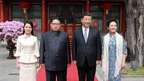 김정은 북한 국무위원장이 그의 부인 리설주와 2018년 중국을 방문해 시진핑 중국 국가주석 부부와 사진을 찍는 모습. /연합뉴스