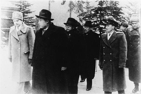 1949년 3월 모스크바에 도착한 북한 수상 김일성(왼쪽 두번째), 부수상 겸 외무상 박헌영(세번째), 부수상 홍명희(네번째)가 스탈린을 방문하기 위해 크렘린궁에 들어가고 있다./조선DB