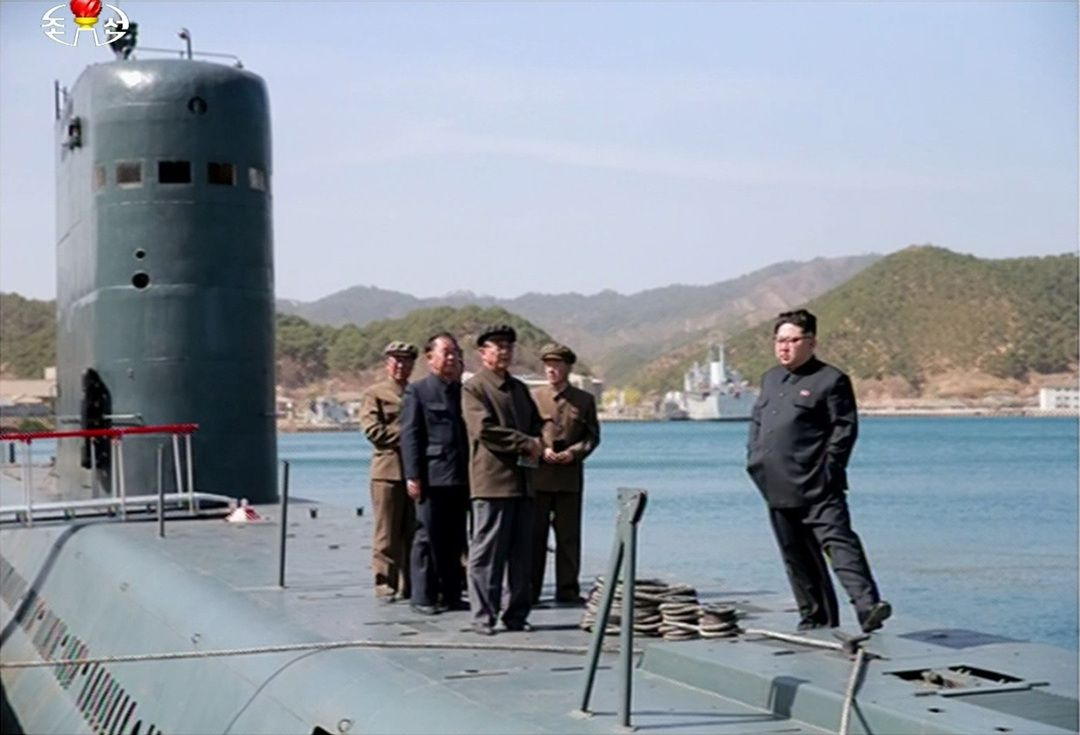 김제1위원장이 잠수함을 둘러보고 있는 모습.