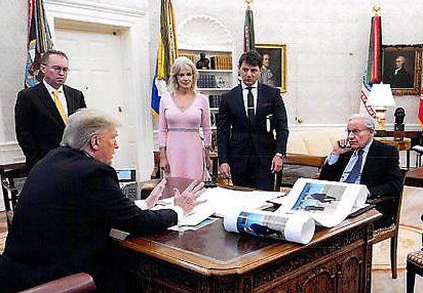 김정은과 찍은 사진 올려놓고 인터뷰 - 밥 우드워드(오른쪽에서 첫째) 미 워싱턴포스트 부편집인이 2019년 12월 백악관 대통령 집무실에서 도널드 트럼프 미 대통령을 인터뷰하고 있다. 책상에는 트럼프와 김정은 북한 국무위원장이 같이 찍은 사진이 놓여 있다. 우드워드는 작년 12월부터 지난 7월까지 트럼프 대통령을 18차례 인터뷰한 내용을 토대로 신간 '격노(Rage)'를 오는 15일 발간할 예정이다. /백악관